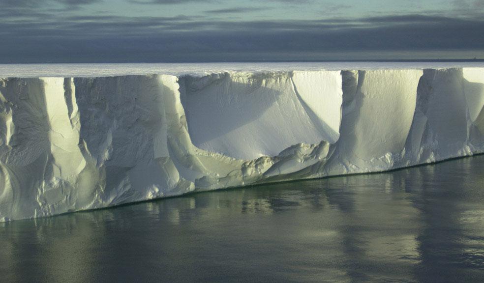 гигантский айсберг в Антарктиде, фото