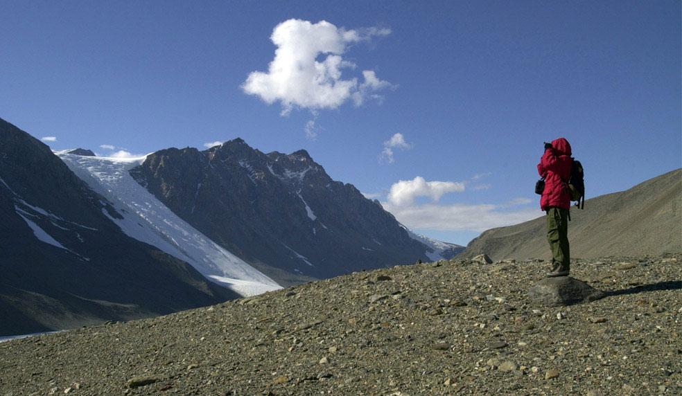 биологи проводят исследование почвы, Антарктида, фото