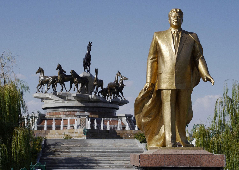 золотой памятник Сапармурату Атаевичу Ниязову