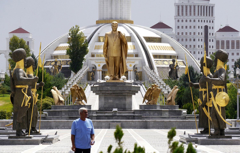 золотой памятник в центре Ашхабада