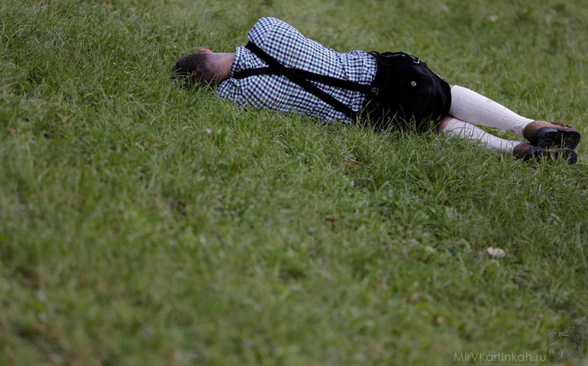 Мужчина отдыхает на траве