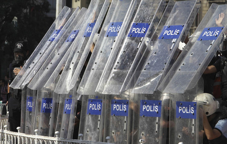 Полиция укрывается щитами