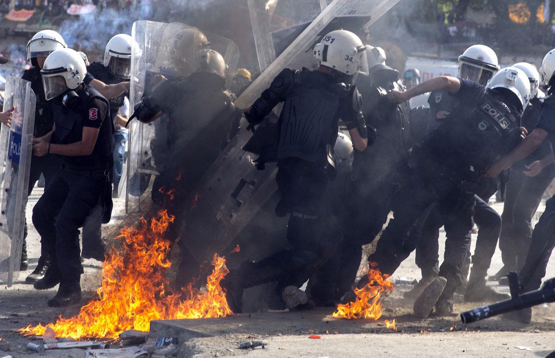 зажигательная смесь у ног полиции