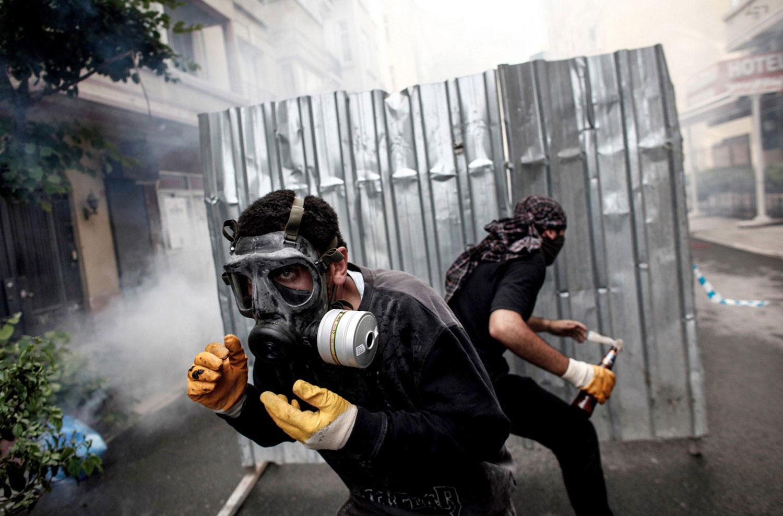 Демонстранты в противогазах