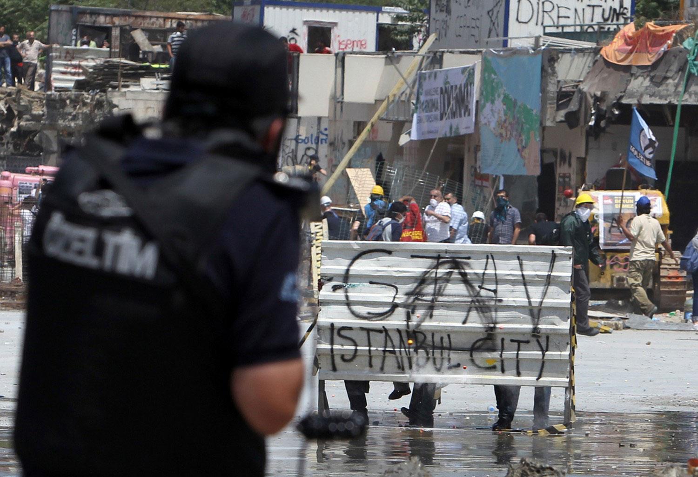 полиция атакует демонстрантов