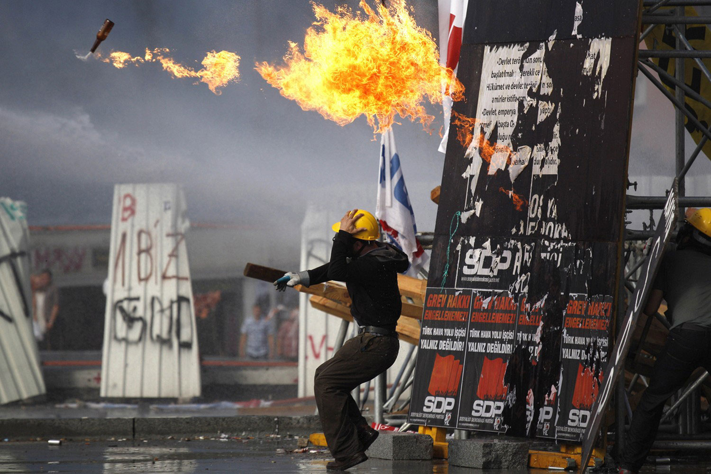 демонстранты с зажигательной смесью