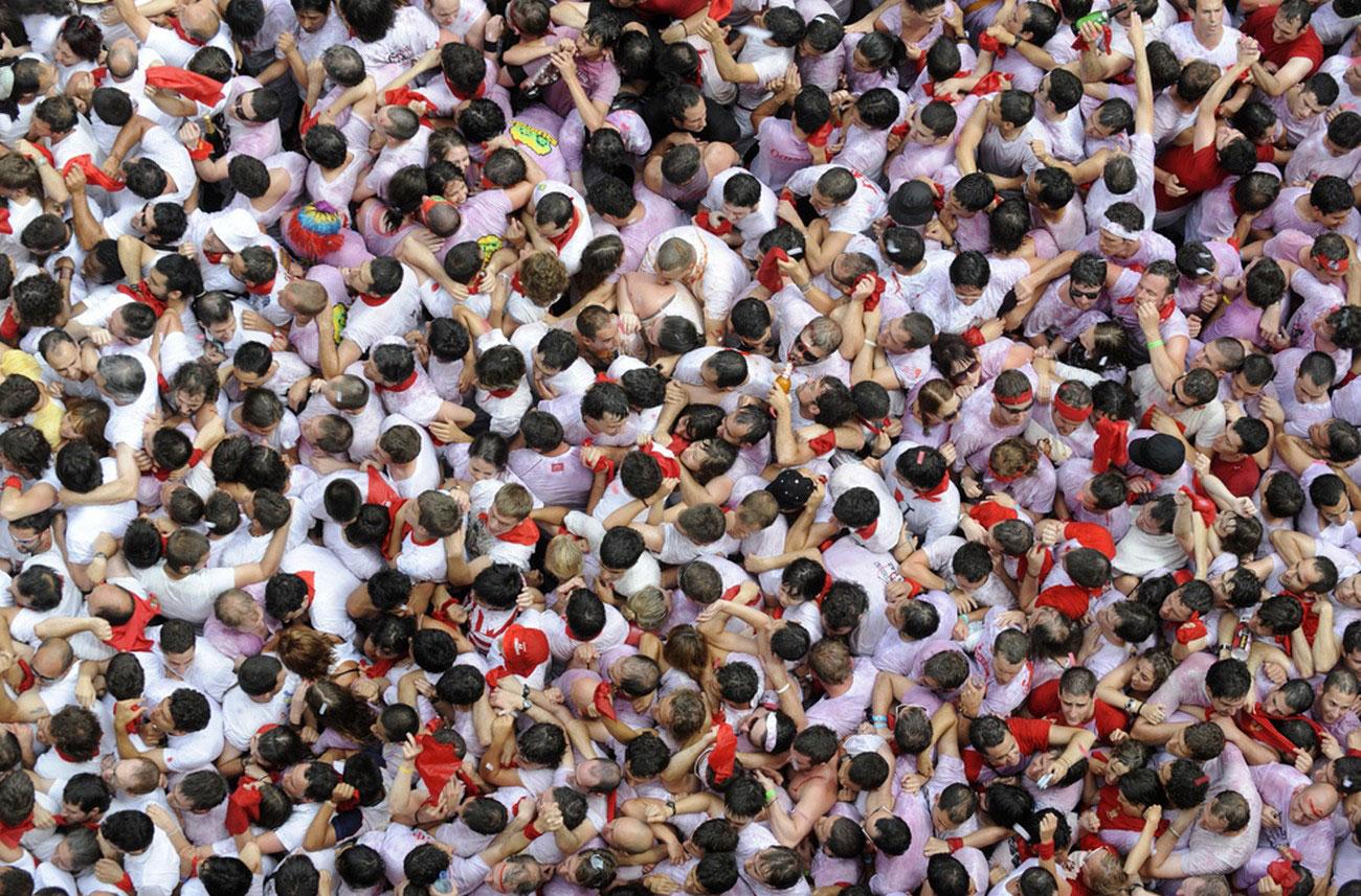 традиционные красные косынки на боях быков в Испании