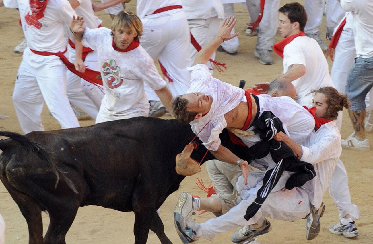 бык бодает участников испанского забега