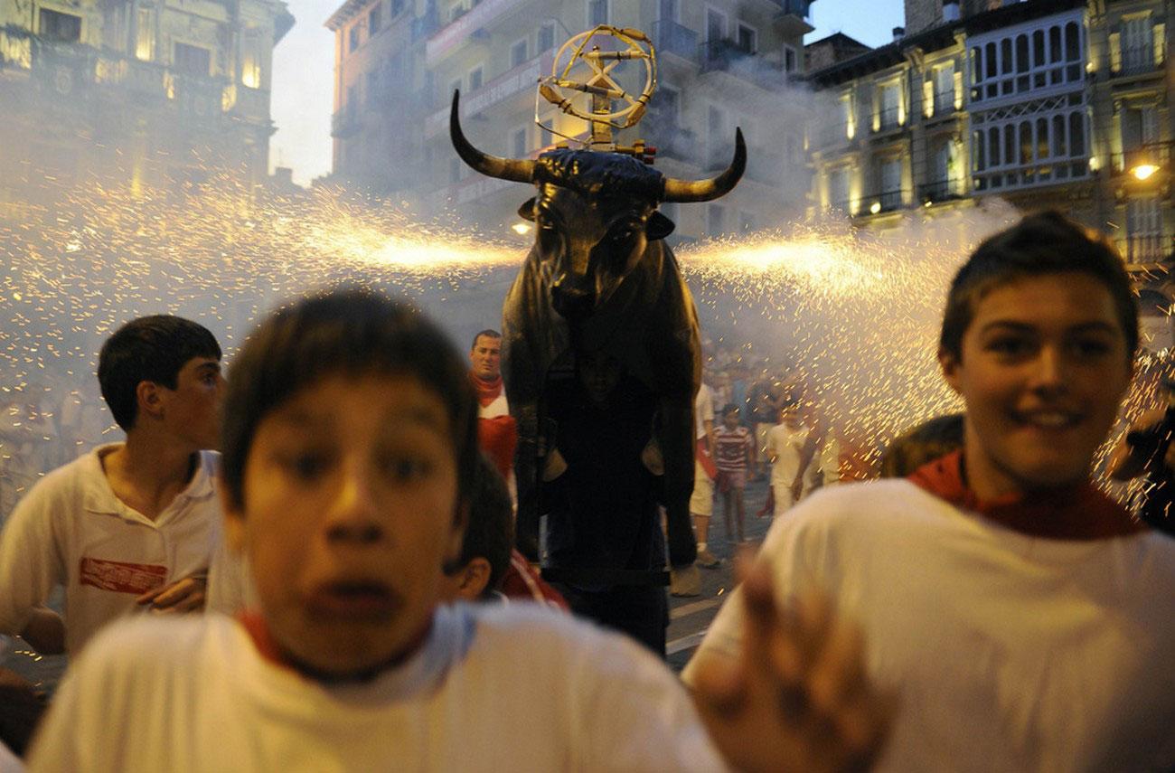 статуя быка в Испании, фото