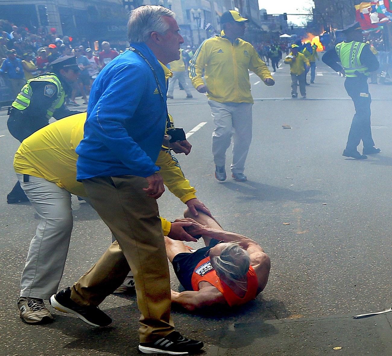 Одного из участников забега задело взрывной волной