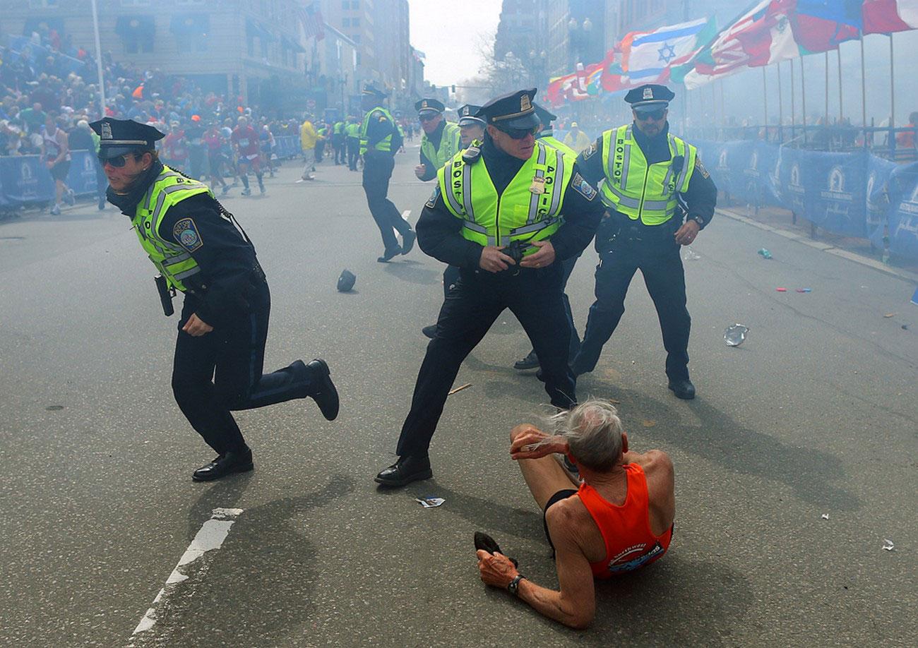 Сотрудники полиции работают на месте взрывов в Бостоне