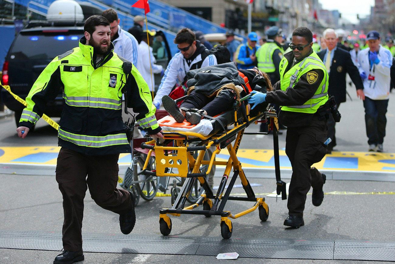 пострадавший на носилках, фото