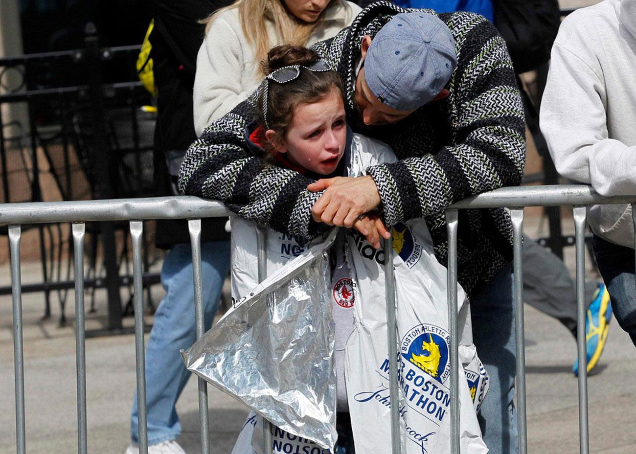 перепуганный ребенок на месте трагедии