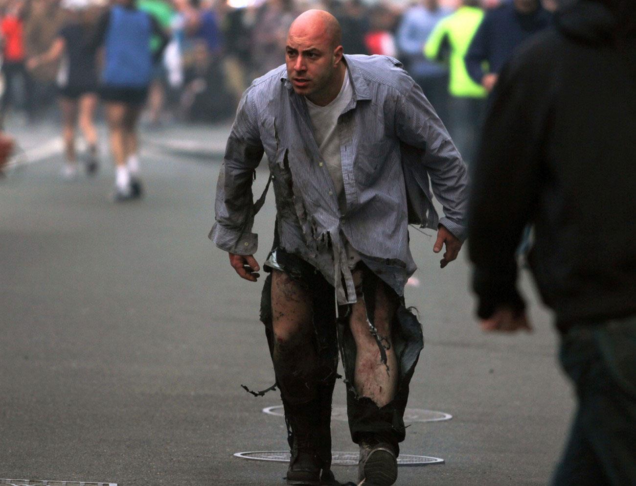 мужчина на месте взрывов