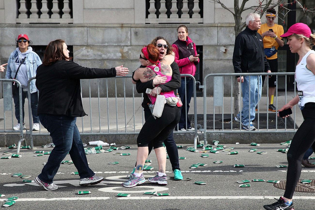 люди убегают с места трагедии