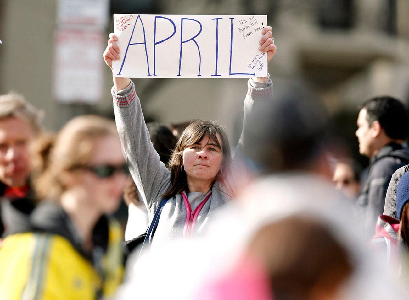 женщина в поисках друга на площади Копли