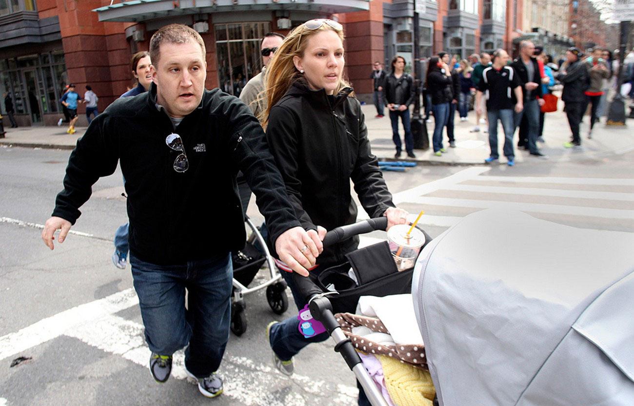 Молодая пара с коляской, фотография