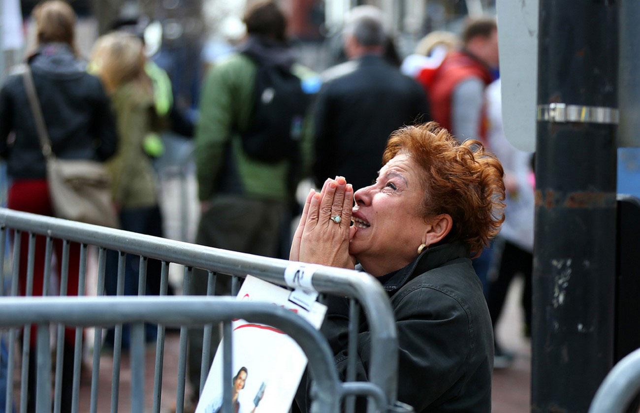 женщина молится на площади Бостона