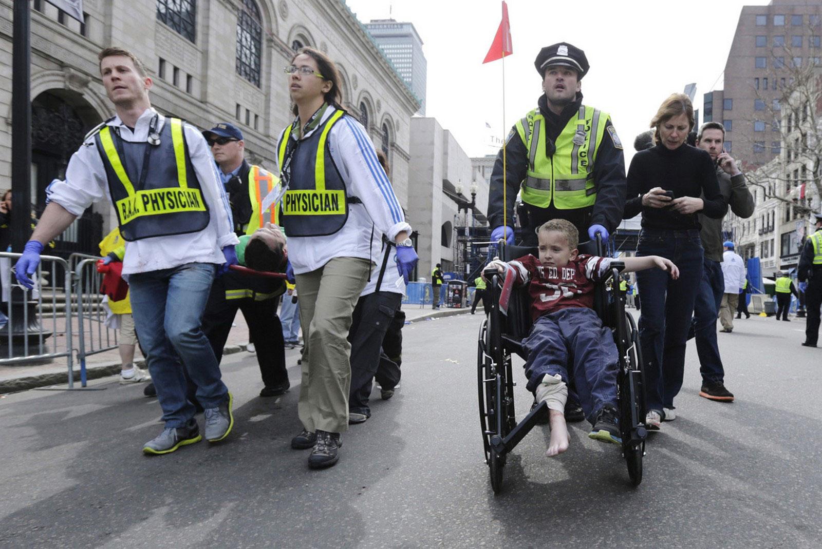 врачи везут раненого ребенка на носилках