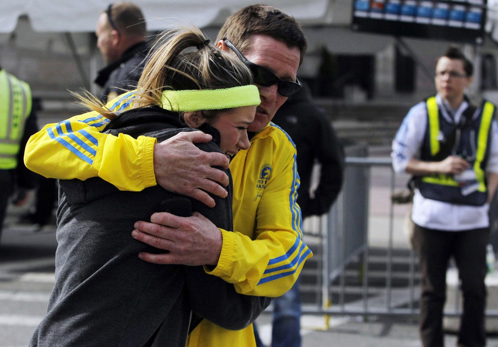 люди обнимаются на месте трагедии