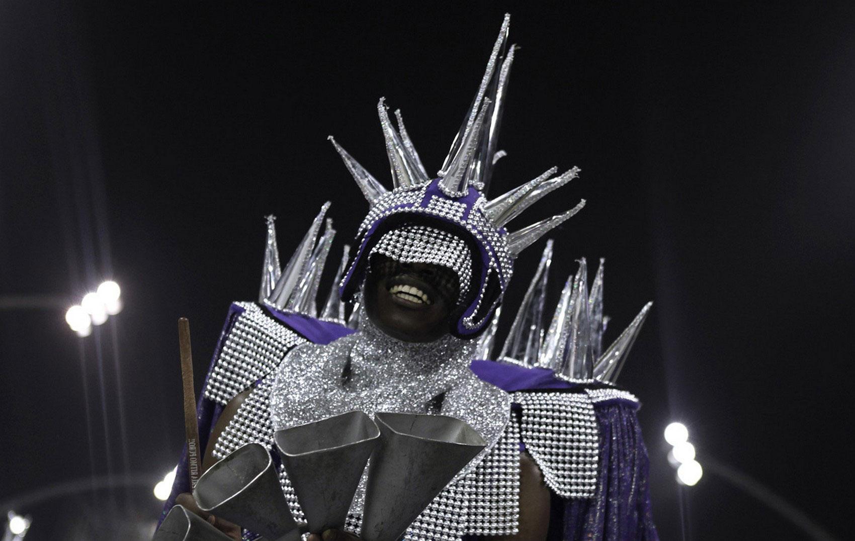 артист на карнавале в Рио, фото