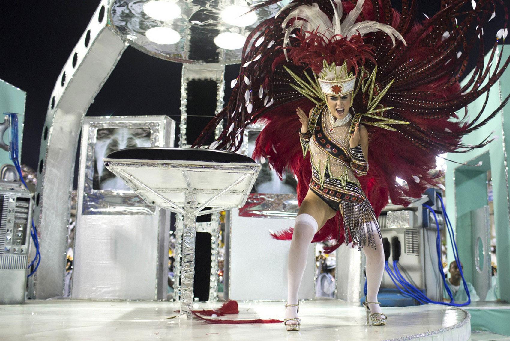 выступление участников карнавала, фото