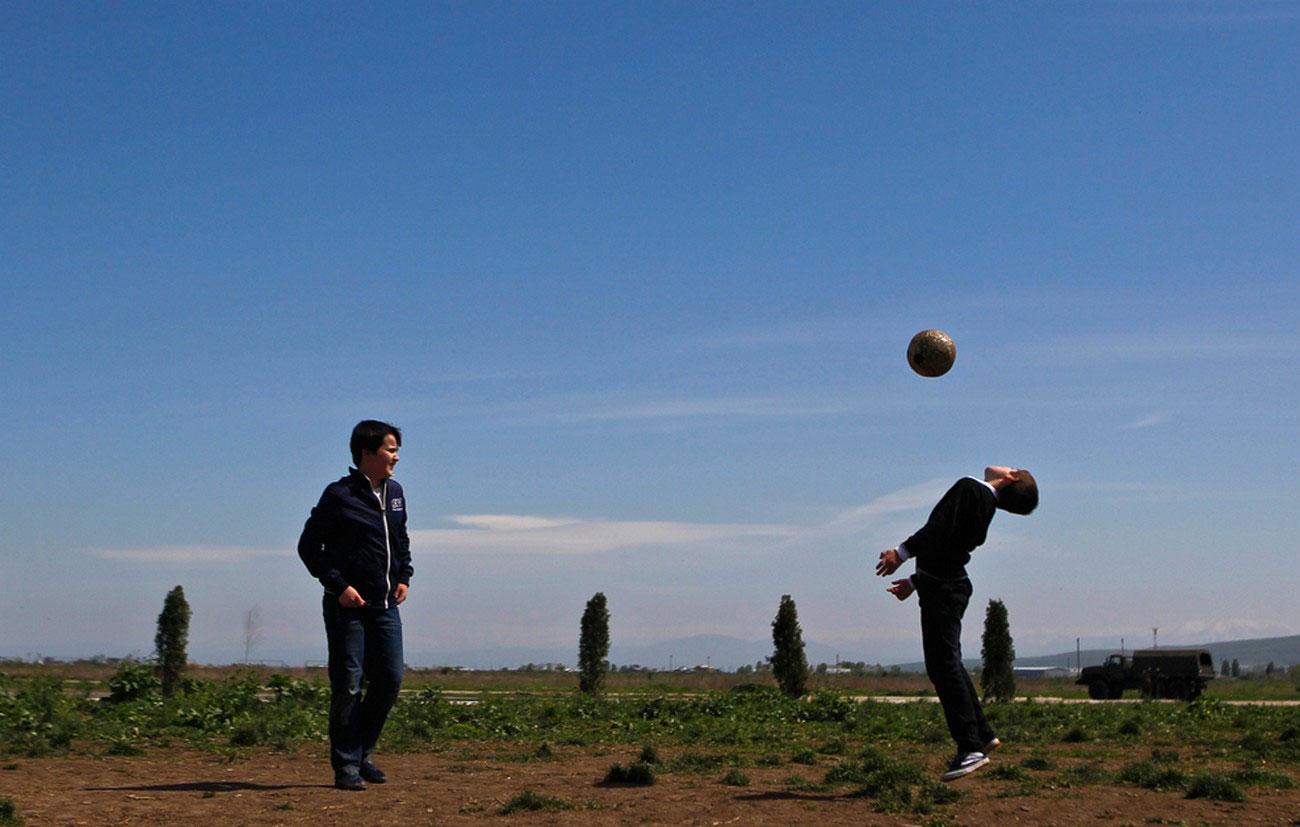 Мальчишки играют в футбол