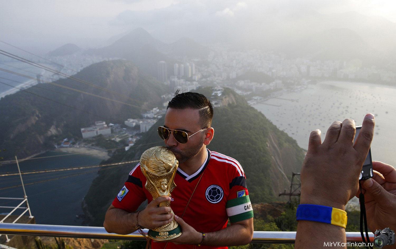 Колумбиец целует кубок FIFA
