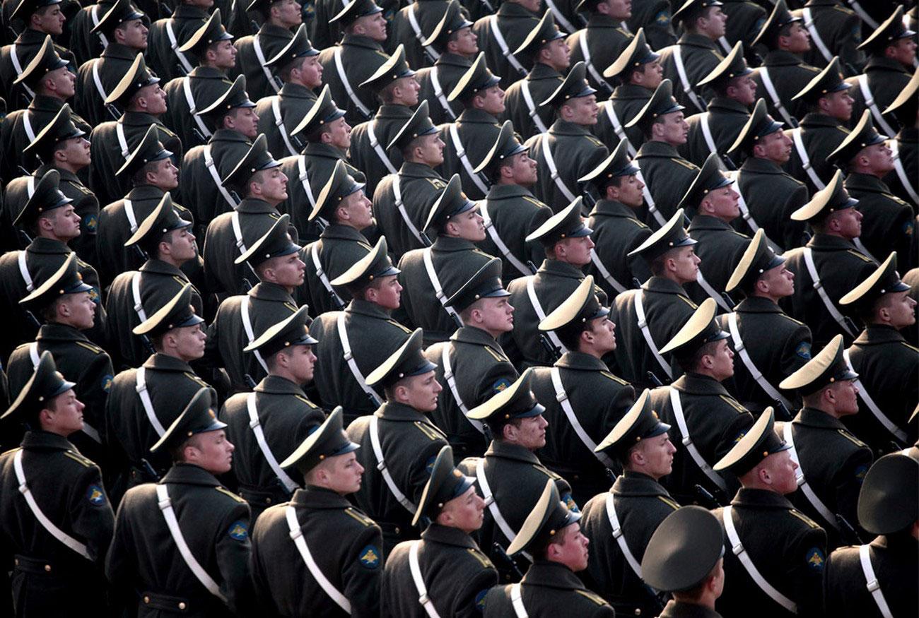 солдаты маршируют во время репетиции парада