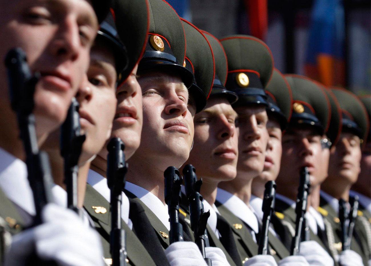 Российские военнослужащие на военном параде