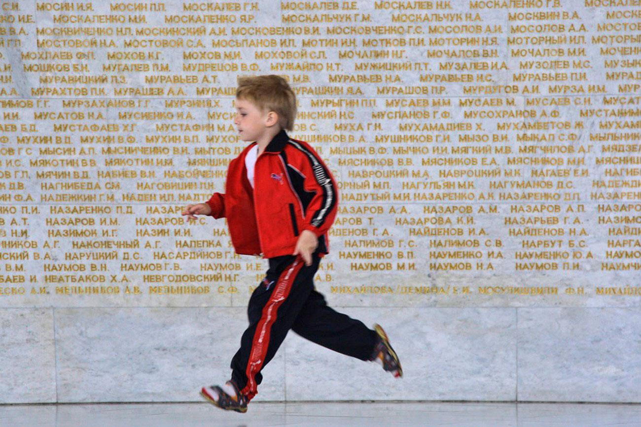 стена памяти с именами павших героев Советского Союза