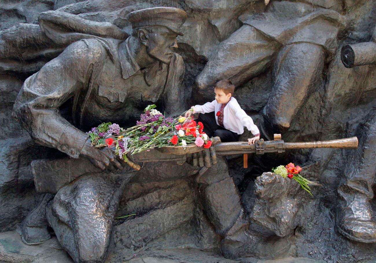 цветы к памятнику Неизвестному солдату, фото 9 мая