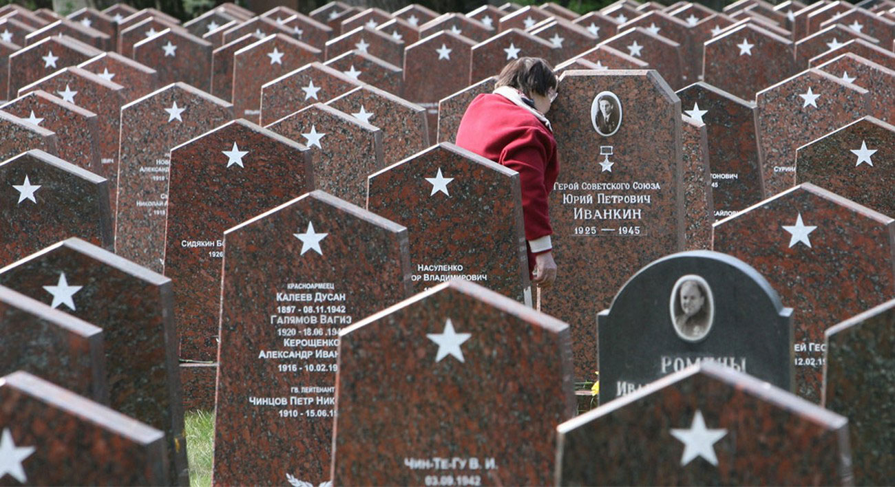 на московском военном кладбище у могилы солдата Красной Армии