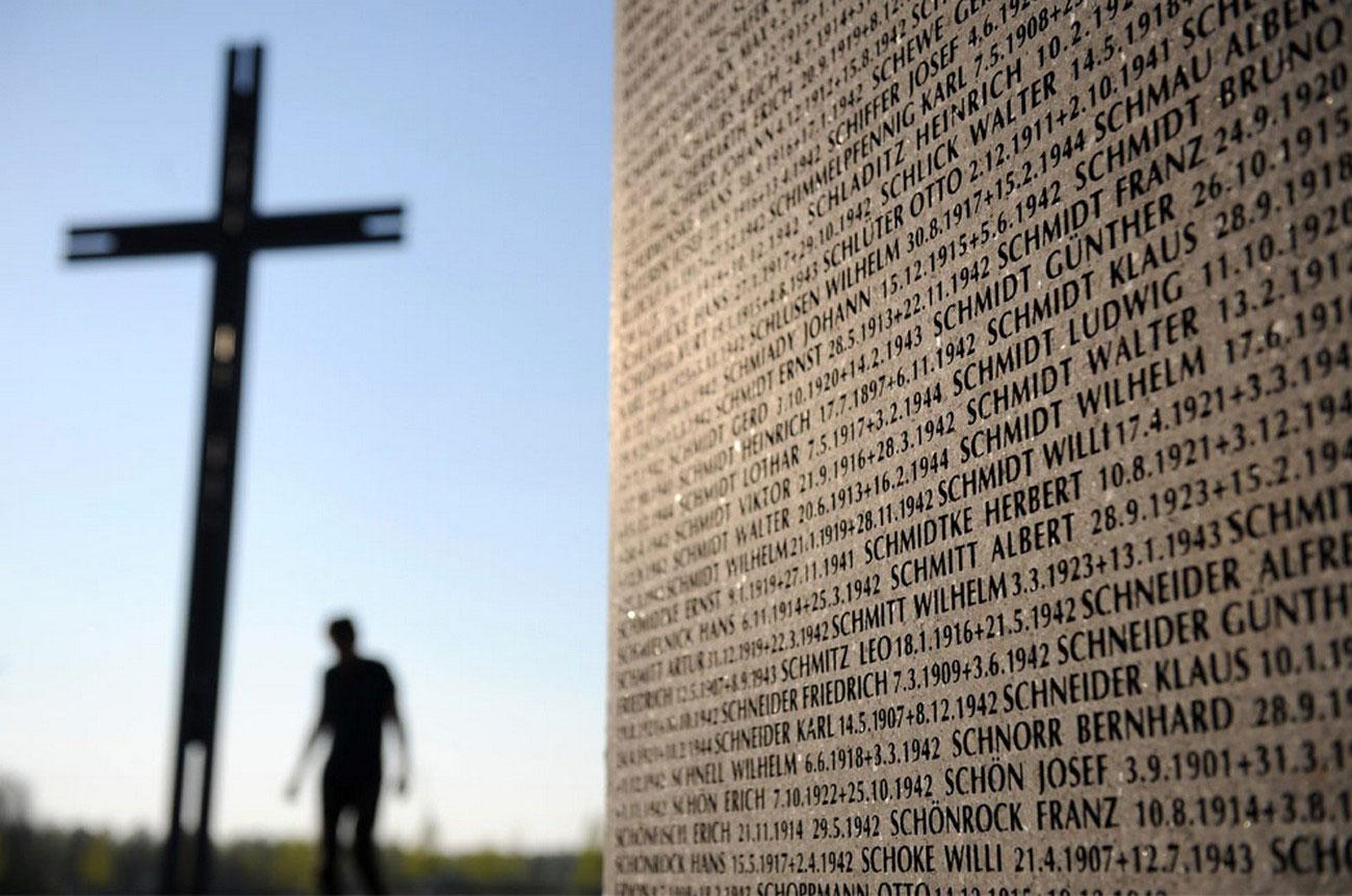 возле мемориальной стены немецким солдатам, фото