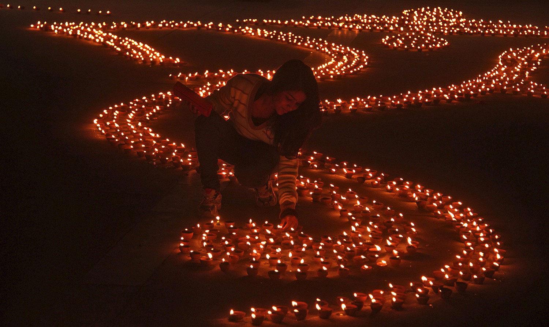 девушка с глиняными лампами на фестивале в Индии