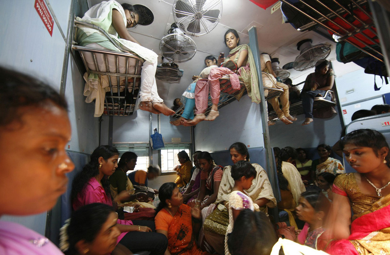 пассажиры в поезде едут на Дивали