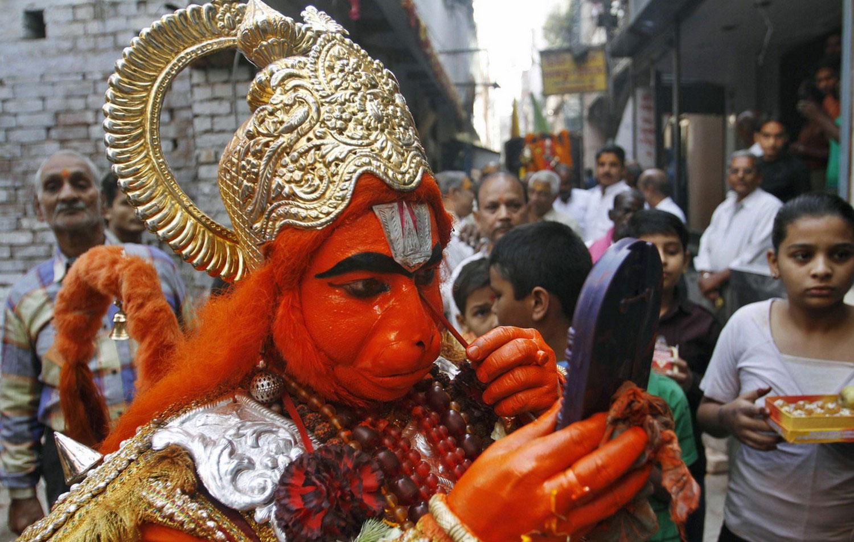 Мужчина в костюме бога обезьяны на Дивали
