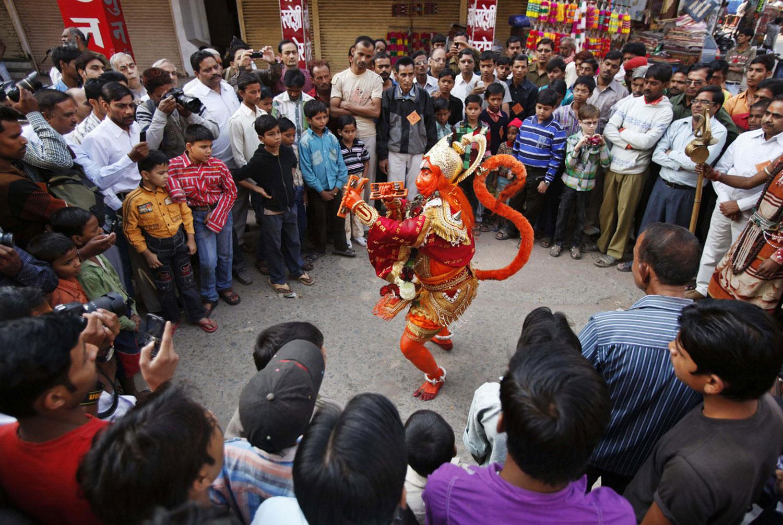 Мужчина выступает в костюме обезьяны в Индии