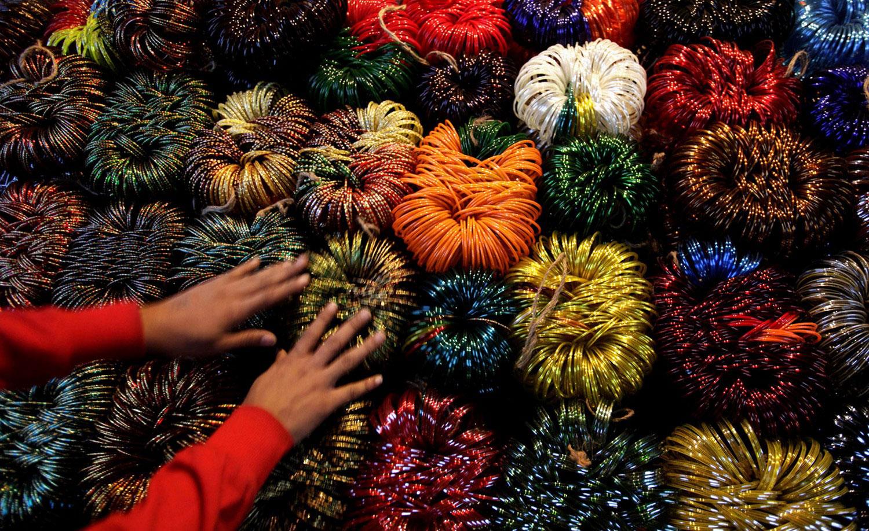 яркие браслеты на рынке, фото