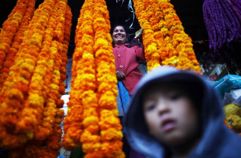 цветочница на рынке во время Дивали, фото