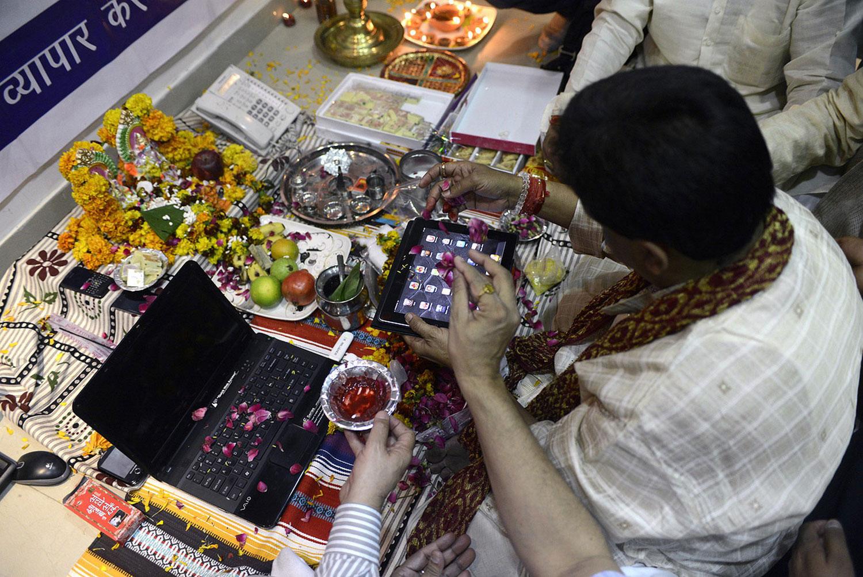 Индиец поклоняется IPad во время Дивали