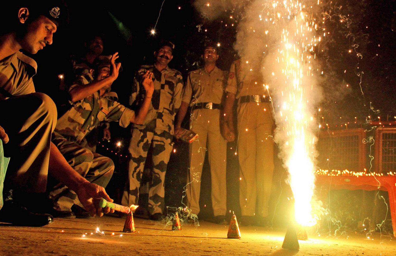 свечи и хлопушки на фестивале в Индии