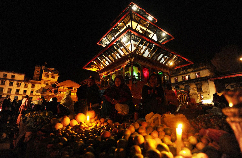 продажа фруктов на рынке в Катманду