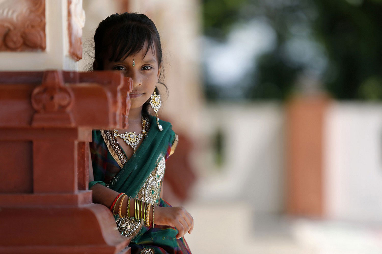 девушка возле храма в Индии, фото