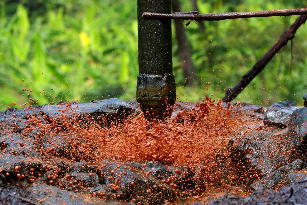 сырая нефть в городе Боджонегоро, фото из Индонезии