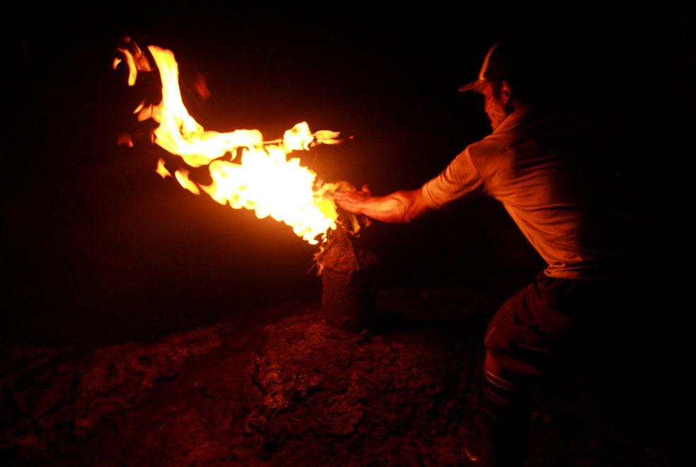 пламя из нефтяной скважины, фото из Индонезии
