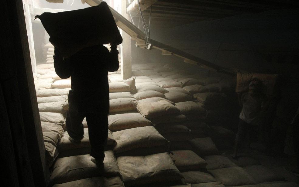 рабочий в порту Джакарта, фото из Индонезии