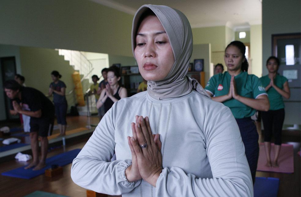 Мусульманская женщина на йоге, фото из Индонезии