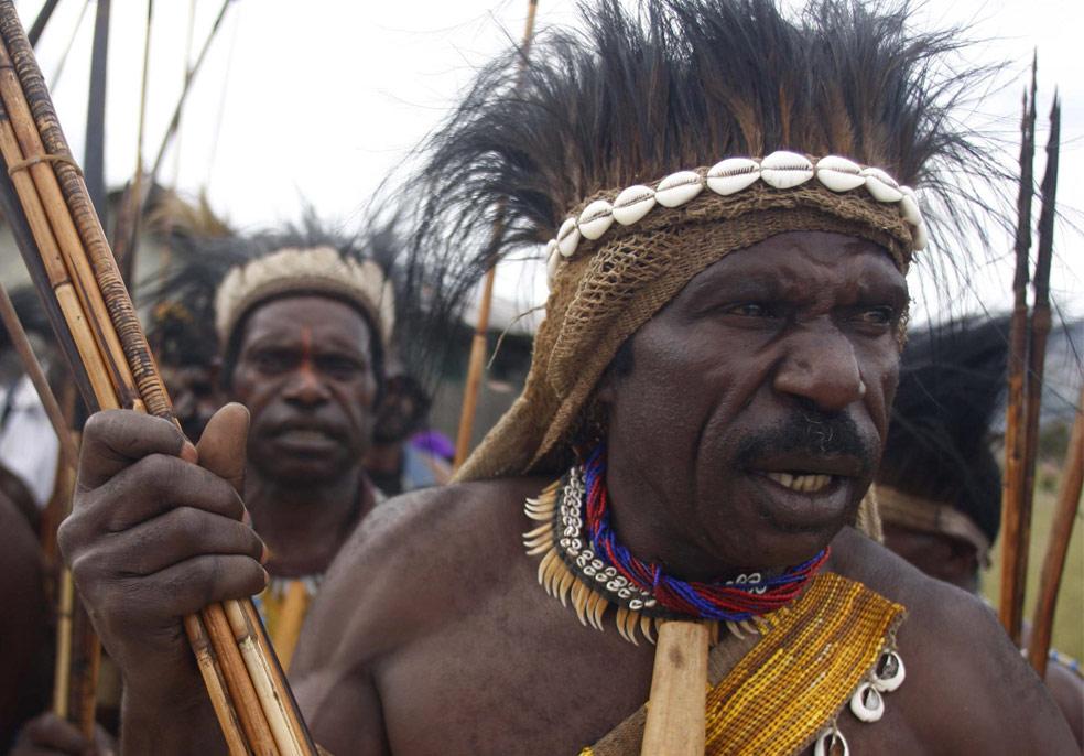 Мужчины племени Mony в Папуа, фото из Индонезии