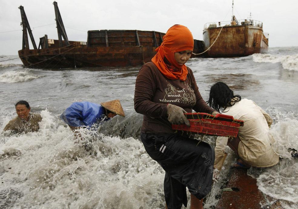 женщины собирают металлолом, фото из Индонезии
